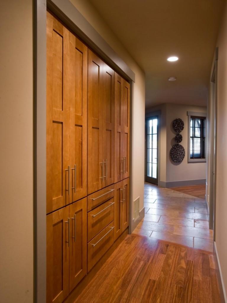 Встроенная деревянная мебель в узкой прихожей