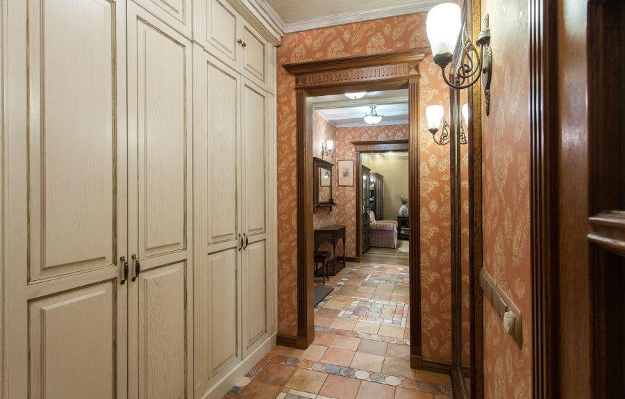 Встроенные шкафы в прихожей прованского стиля