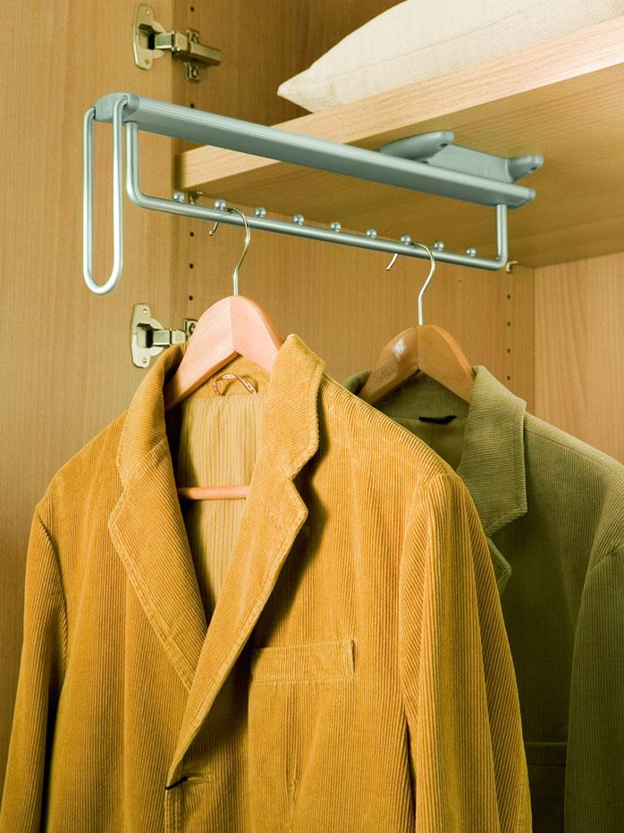 Мужские пиджаки на выдвижной штанге в гардеробе