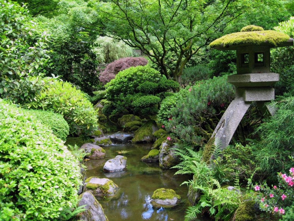 Искусственный водоем с камнями в японском стиле