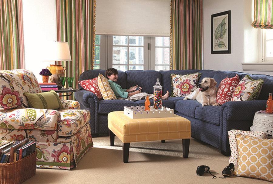 Яркие подушки на темно-синем диване