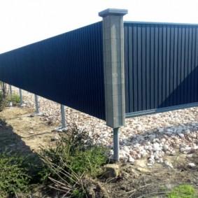Комбинированный забор с винтовыми сваями