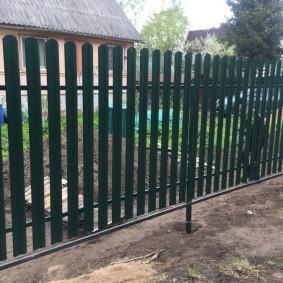 Садовый забор на металлических столбах