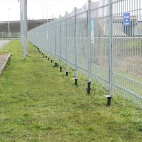 Декоративное ограждение участка забором на винтовых сваях
