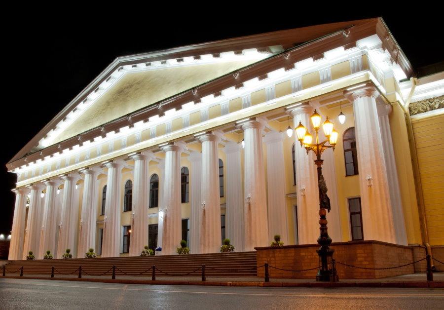 Заполняющая подсветка фасада городского дома культуры