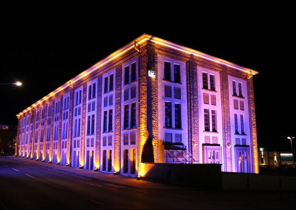 Красивая подсветка фасадов административного здания