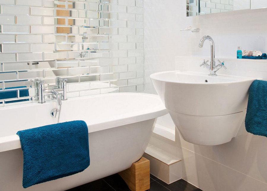 Плитка с зеркальным эффектом на стене за ванной