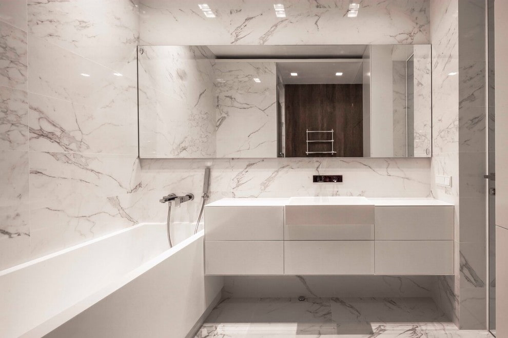 Подвесная тумба под зеркалом в ванной