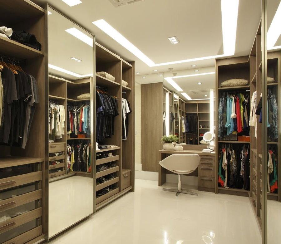 Зеркальный шкаф внутри гардеробной комнаты