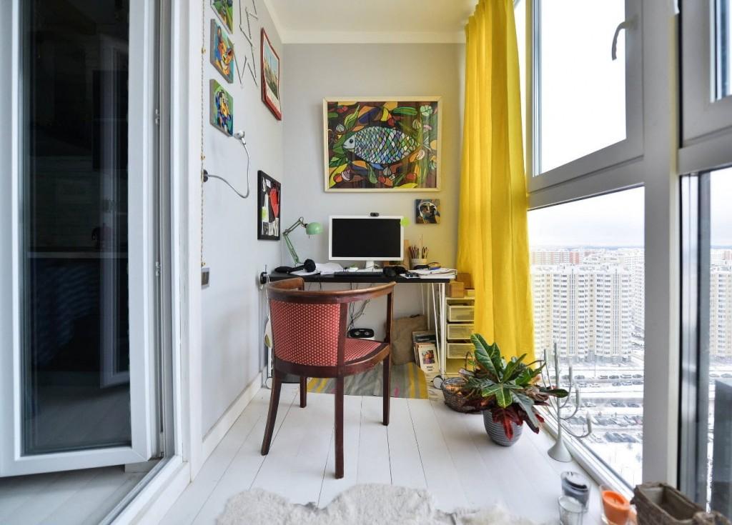 Желтая штора на французском окне балкона