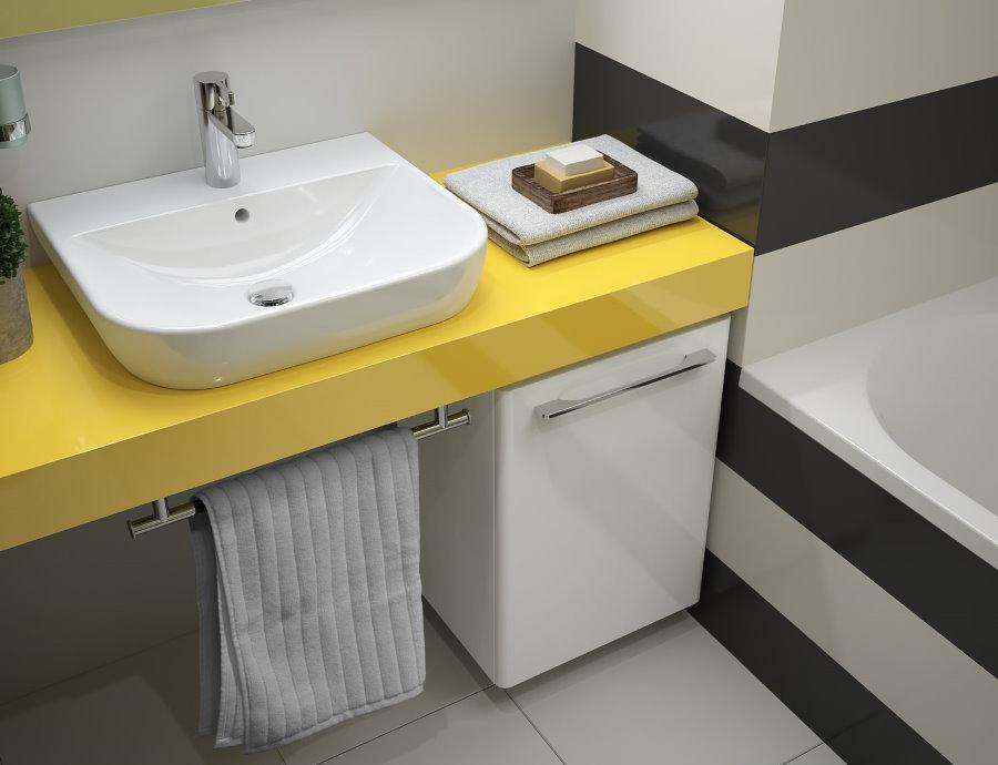 Белая раковина на желтой столешнице в ванной