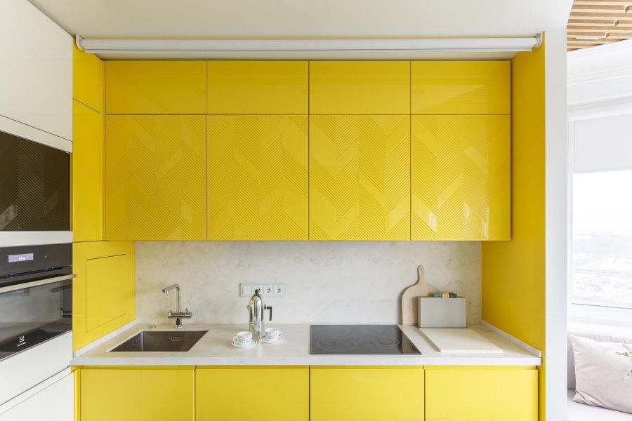 Небольшая встроенная кухня с желтыми дверцами