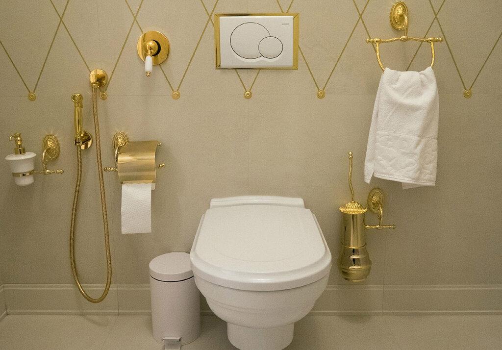 Оформление туалета с гигиеническим душем в стиле классики