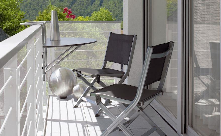 Алюминиевая мебель на балконе открытого типа