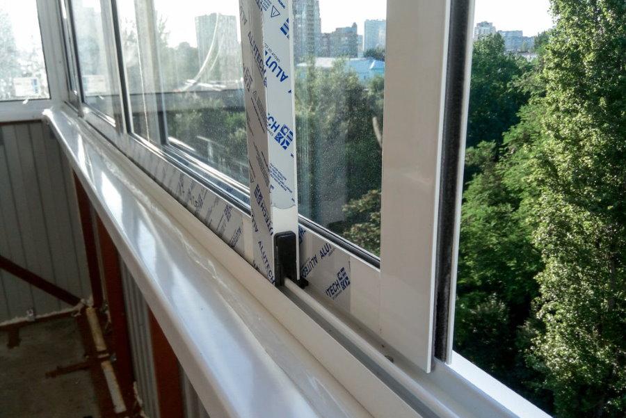 Раздвижные створки из алюминия на парапете балкона