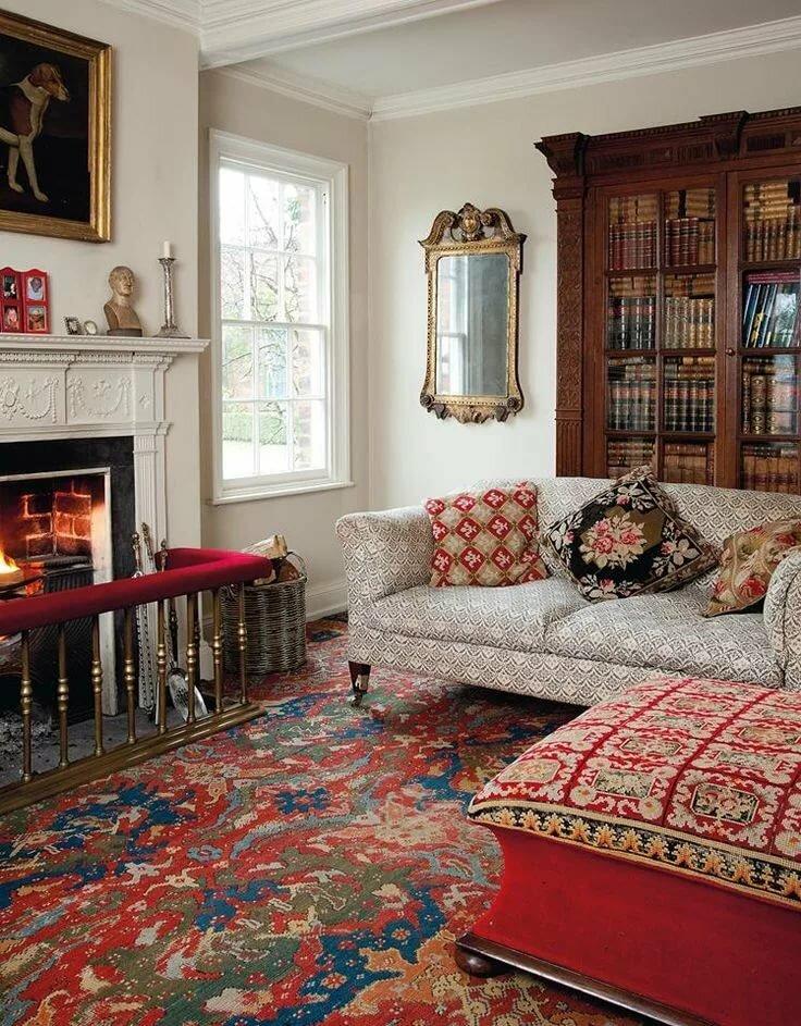 Интерьер гостиной с ковром в английском стиле