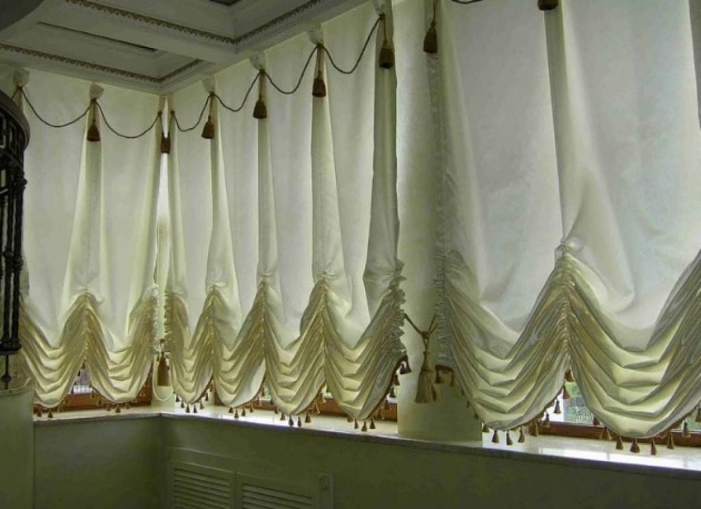 Балконные окна с австрийскими шторами