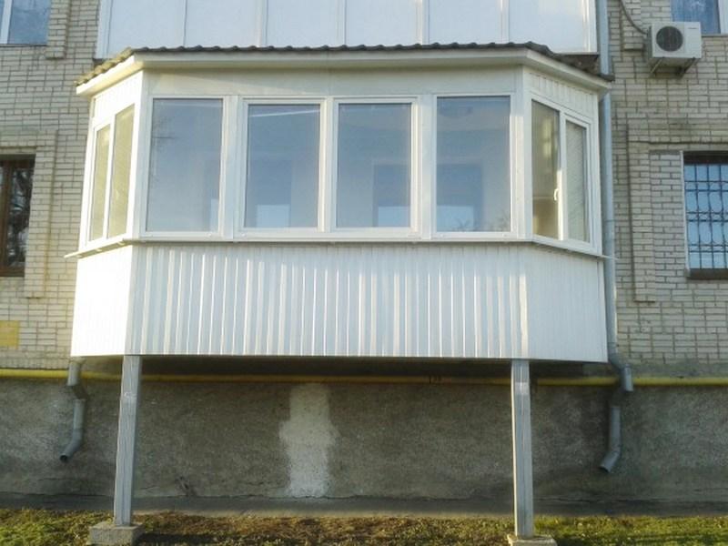 Остекленный балкон на сваях на первом этаже
