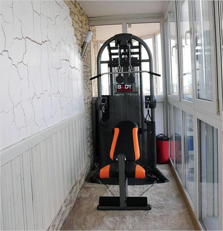 Спортивный тренажер в интерьере балкона