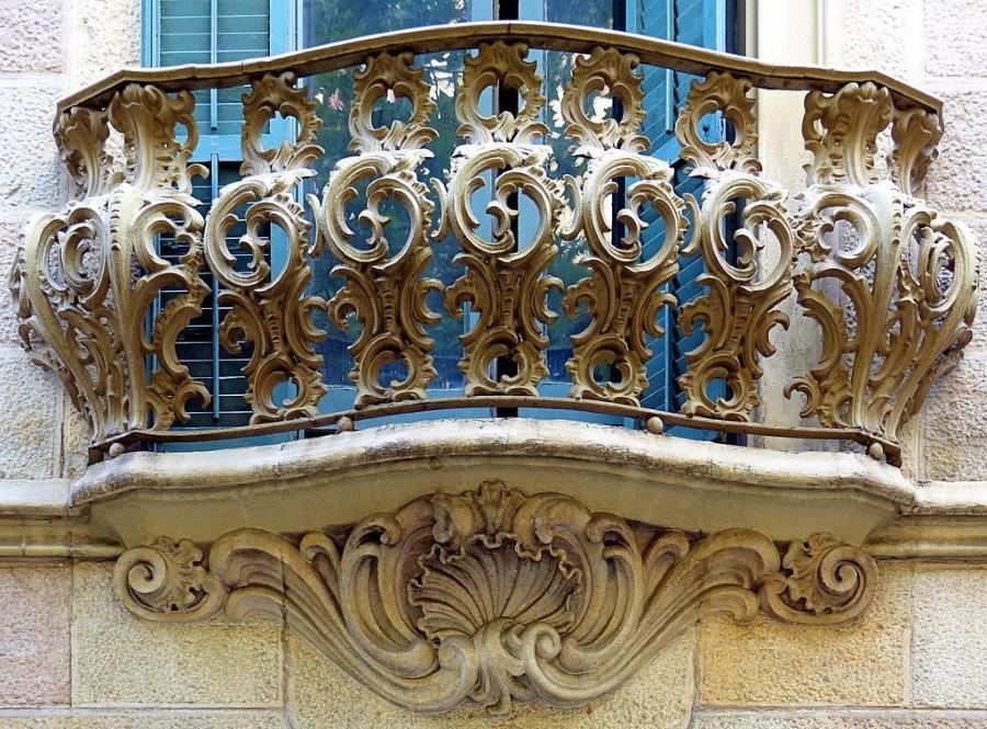 Ограждение балкона в стиле барокко с причудливыми завитками