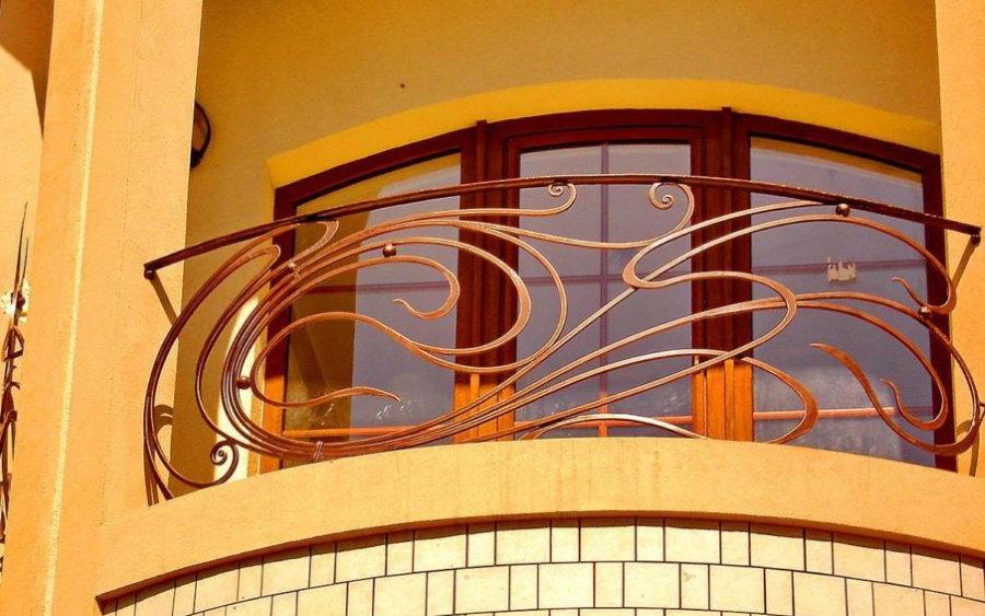 Кованные перила балкона в стиле модерн