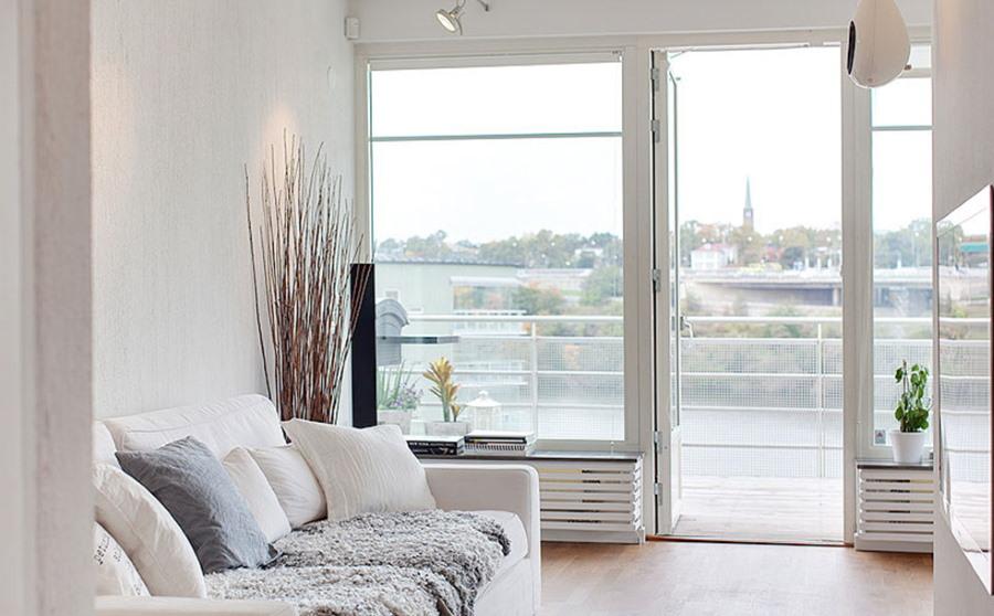 Большие стекла в балконном блоке в гостиной