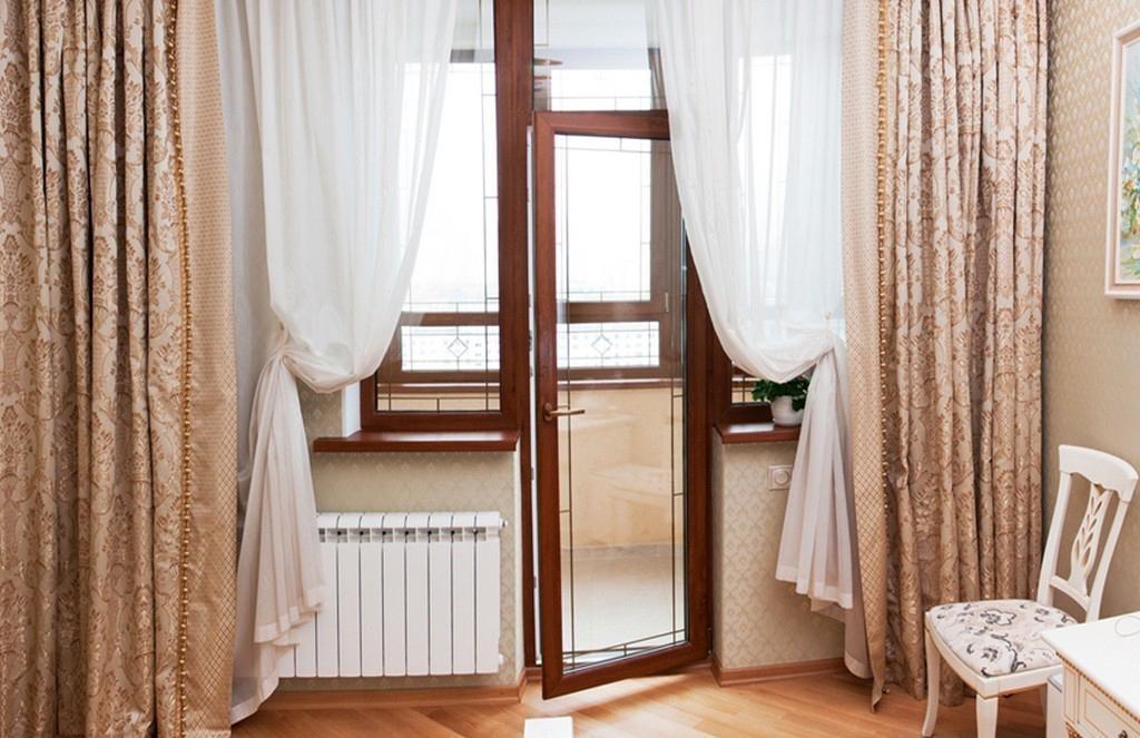 Белый тюль на деревянной балконной двери