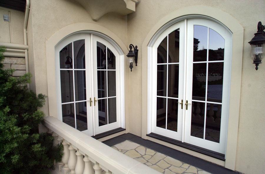 Открытый балкон с арочными дверями