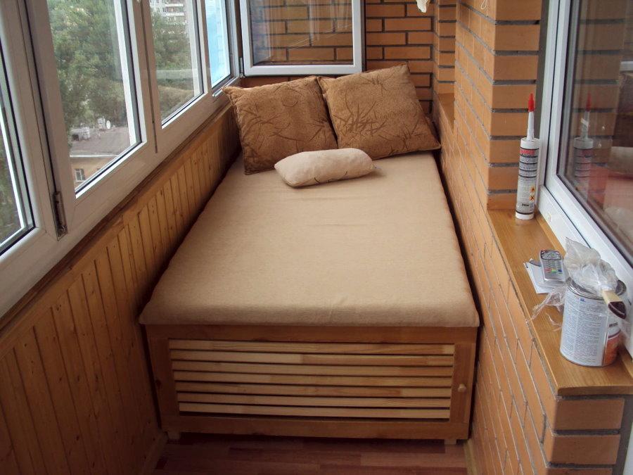 Самодельная кровать в спальне на лоджии