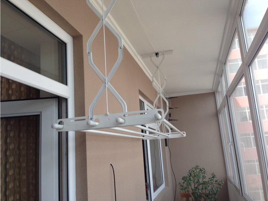 Металлическая сушилка для вещей на балконе