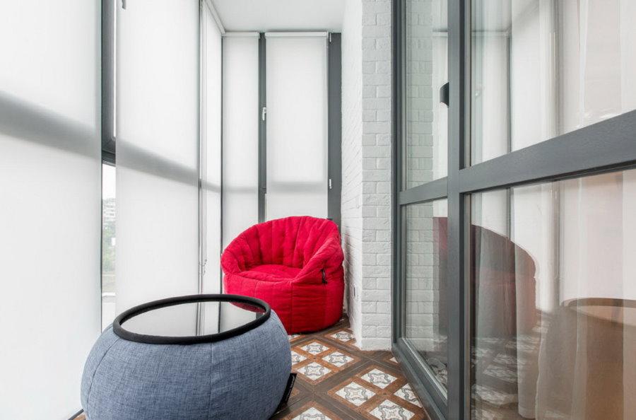 Бескаркасная мягкая мебель в интерьере балкона