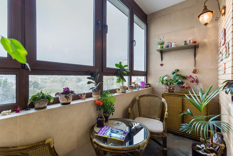 Живые растения в интерьере застекленной лоджии
