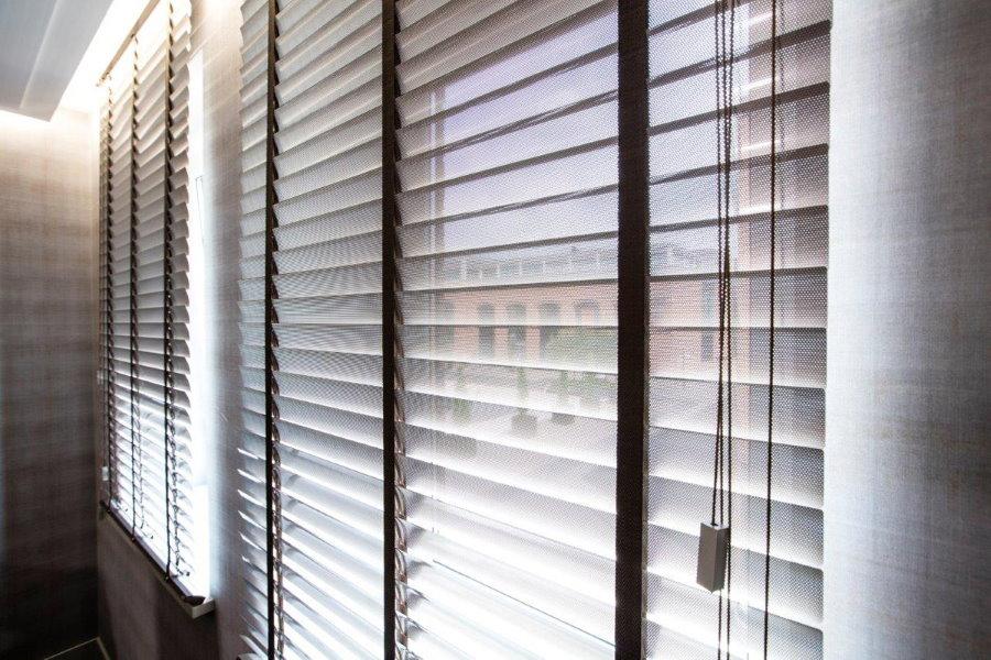 Пластиковые жалюзи на балконных окнах
