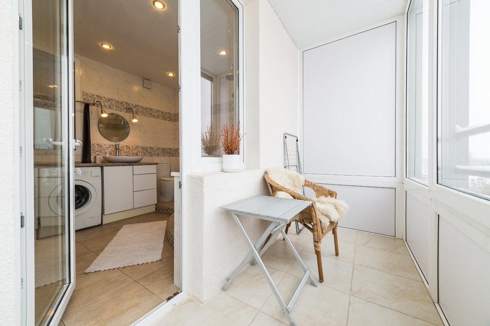 Складной столик на балконе с керамическим полом