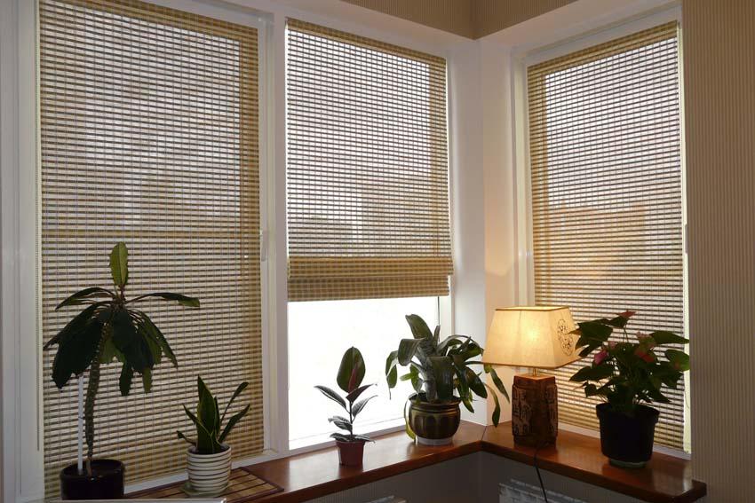 Бамбуковые шторы на окнах небольшого балкона