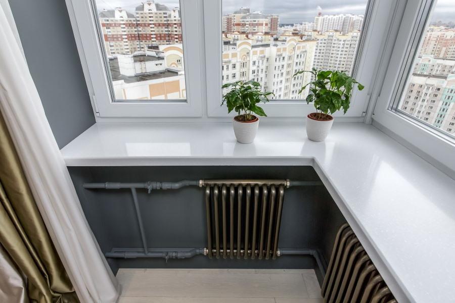 Радиаторы отопления под подоконником на балконе