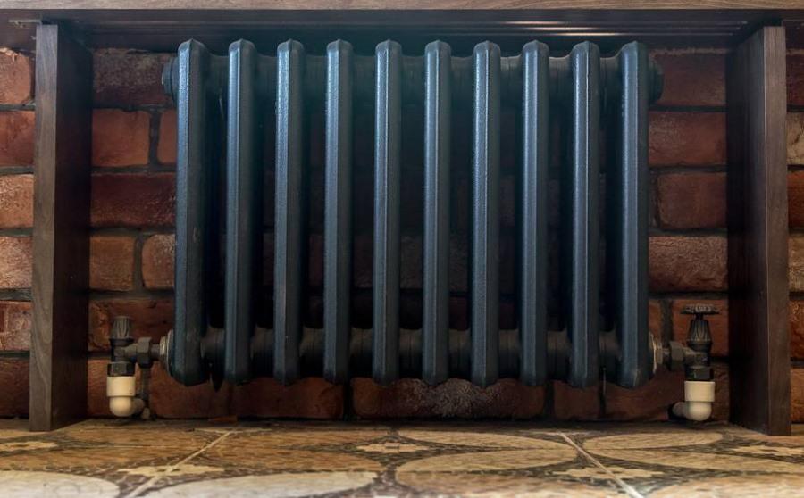 Черный радиатор отопления на балконе в стиле лофт