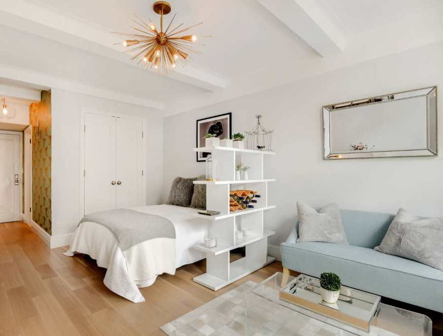 Деревянный пол в белой комнате небольшой площади