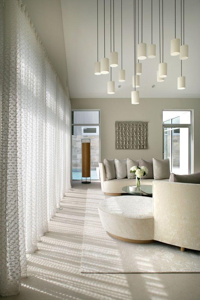 Шторы до пола в гостиной комнате стиля минимализма