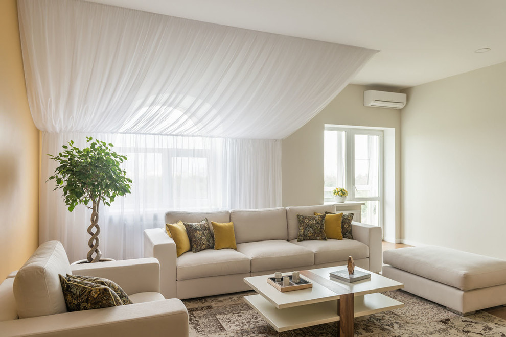 Белые шторы в светлой гостиной комнате
