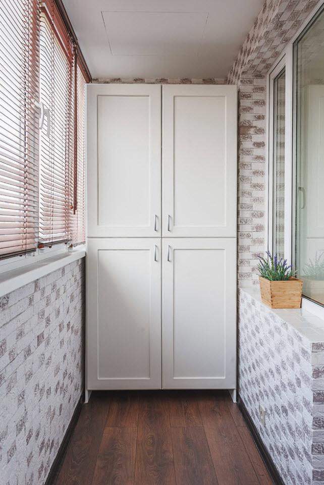 Белый распашной шкаф в интерьере лоджии