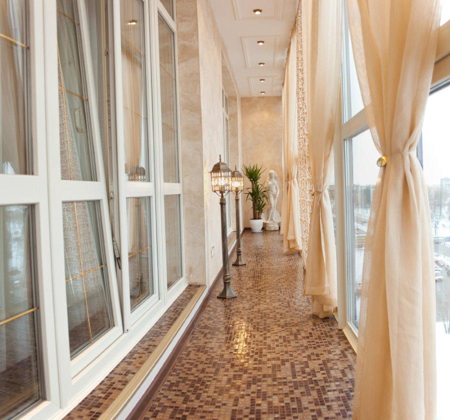 Красивые балконные шторы бежевого цвета