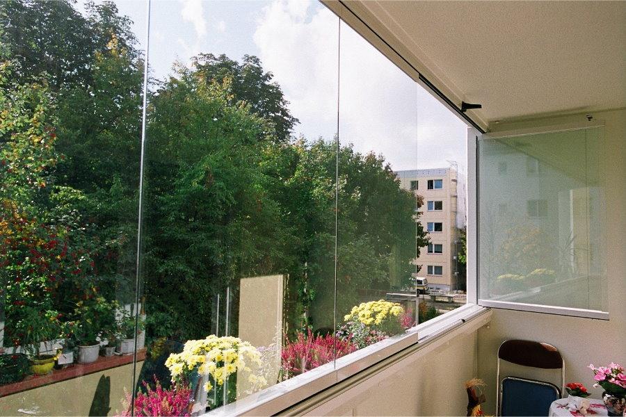 Обзор с балкона с безрамным остеклением