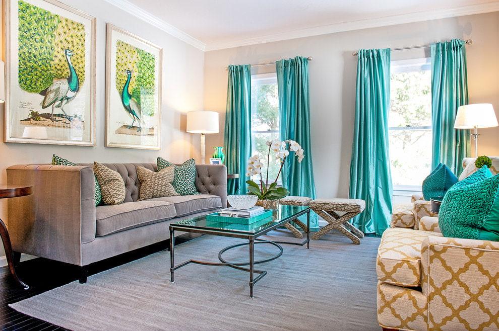 Гостиная комната с бирюзовыми шторами в интерьере