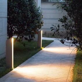 Светильники-столбики вдоль садовой дорожки