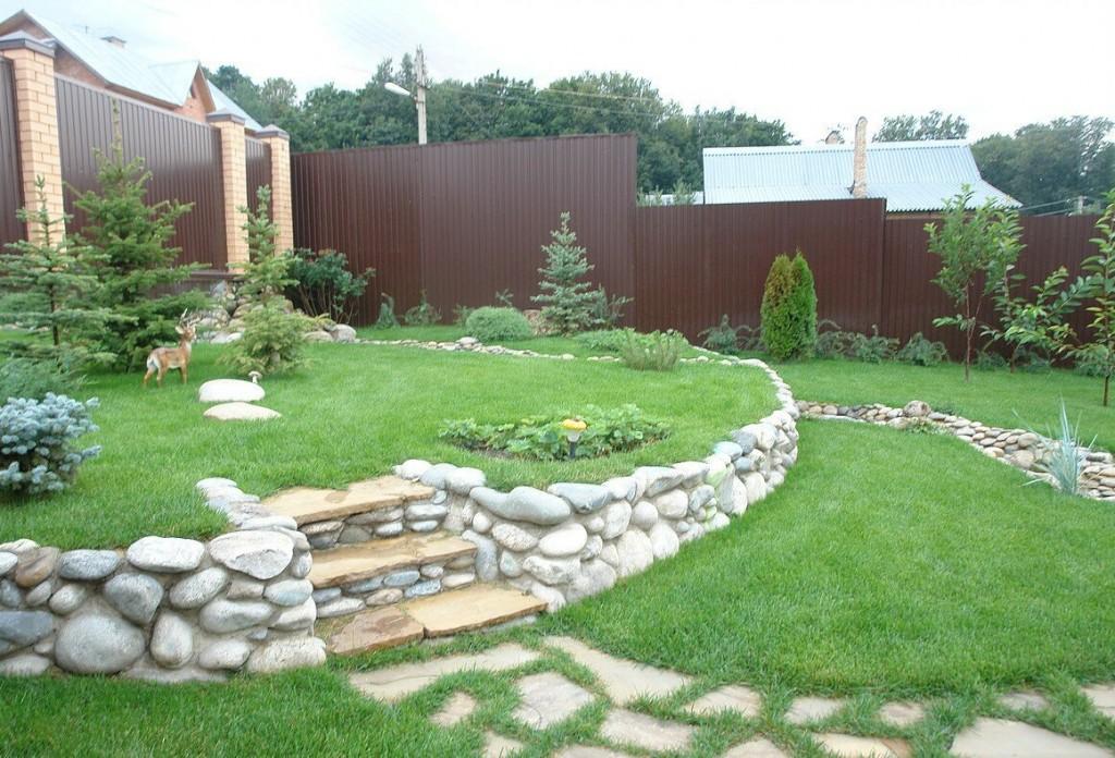 Террасы с зеленым газоном на загородном участке