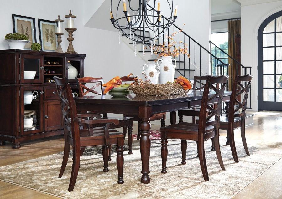 Классические стулья из дерева в обеденной зоне гостиной