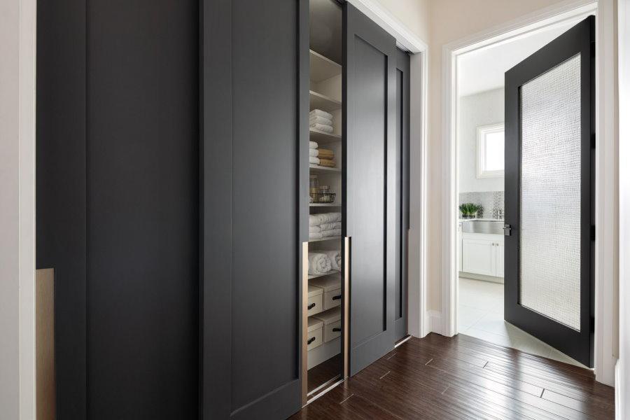 Встроенный шкаф с раздвижными дверями в гостиной
