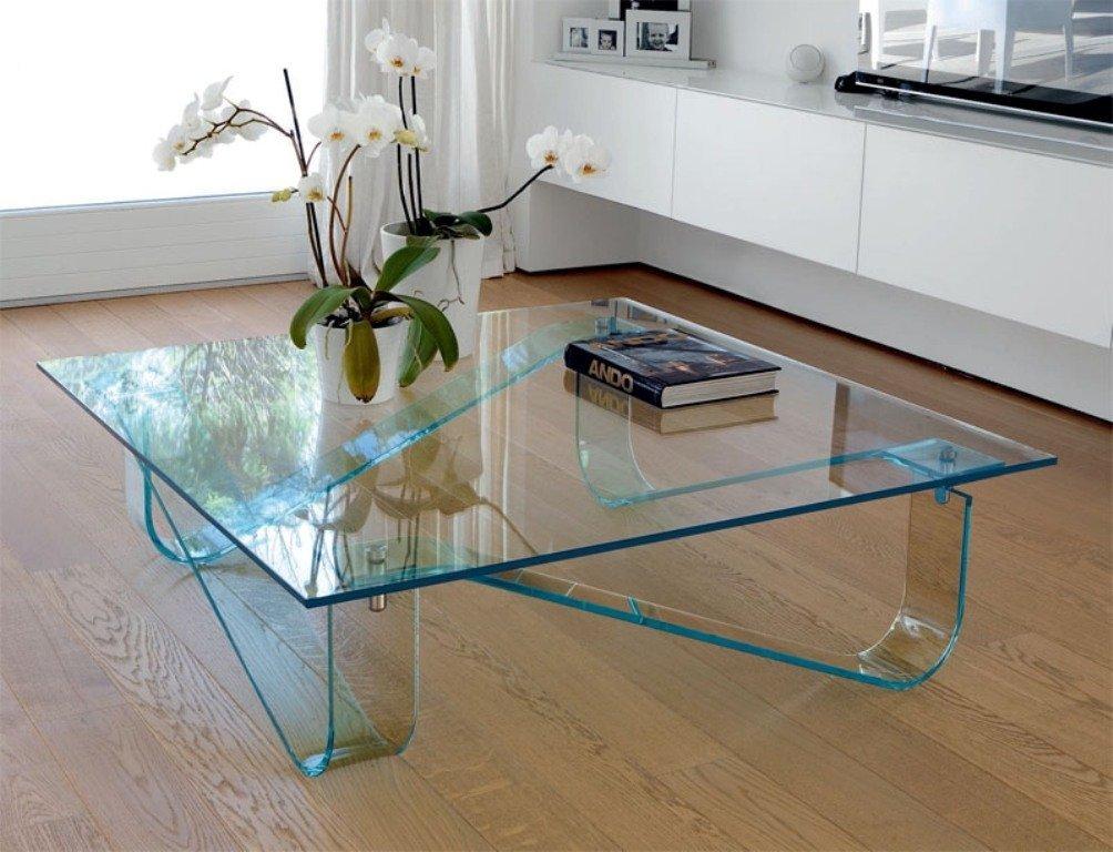 Низкий стол из стекла в гостиной комнате