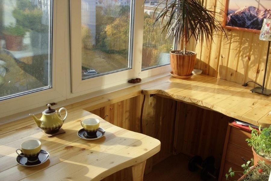 Деревянный столик на небольшом балконе